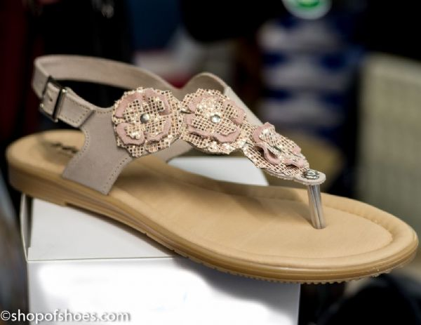 Adesso Rose light flat leather toe post summer sandal